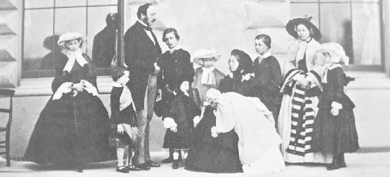 Queen_Victoria_Prince_Albert_and_their_nine_children.JPG height=250